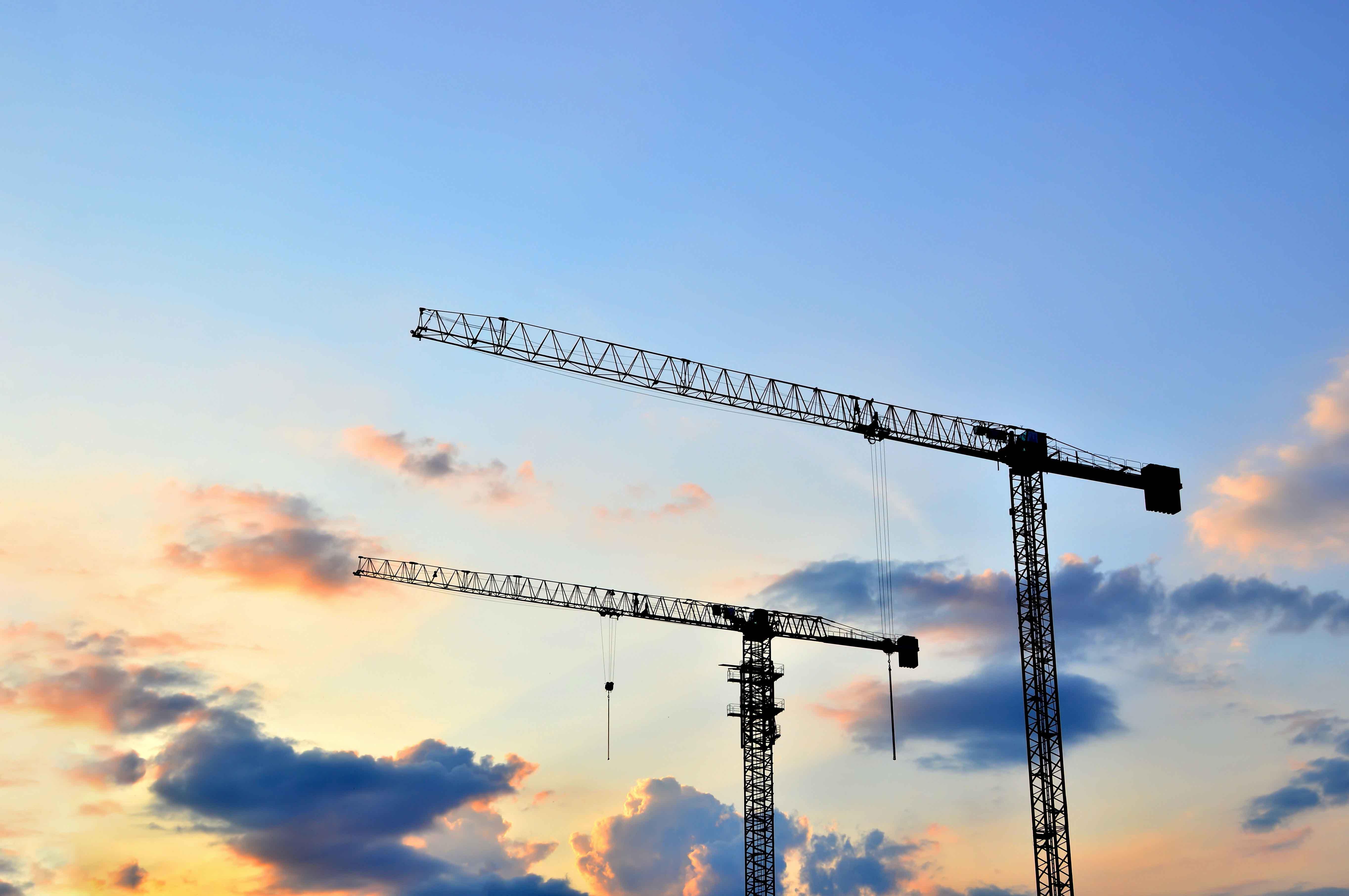 chantier grues ciel bleu
